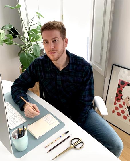 Imagen de Javier Navarrete, mejor conocido como El Chico Llama, delante del ordenador en su estudio de ilustración